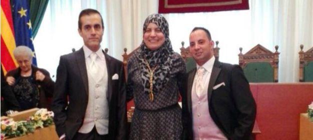 Esta concejala musulmana de Badalona posando con una pareja gay a la que acaba de casar.   22 imágenes que le demostrarán al mundo por qué España es maravillosa