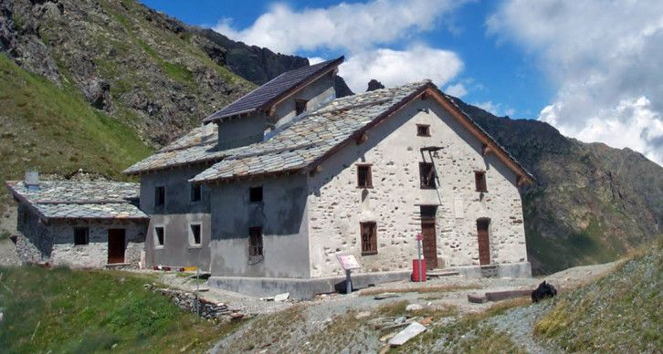 RIFUGIO OSPIZIO SOTTILE - Il Rifugio Ospizio Sottile sorge presso il Colle Valdobbia a 2480 m., che mette in comunicazione la Valle di Gressoney con la Val Vogna e la Valsesia. Inoltre il rifugio può essere utilizzato come base per traversate tra laValle di Gressoney e la Valsesia.