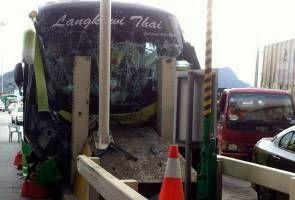 10 murid cedera, bas rempuh Plaza Tol Ipoh Selatan - http://atosbiz.com/10-murid-cedera-bas-rempuh-plaza-tol-ipoh-selatan/