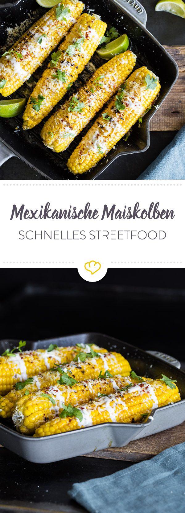 Gegrillt, getunkt und mit Käse und Chiliflocken berieselt - diese Maiskolben haben sich in schlappen 15 Minuten in mexikanisches Streetfood verwandelt.