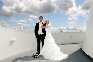 Brautpaar auf dem Balkon des OZEANEUMs - © Foto i-Punkt