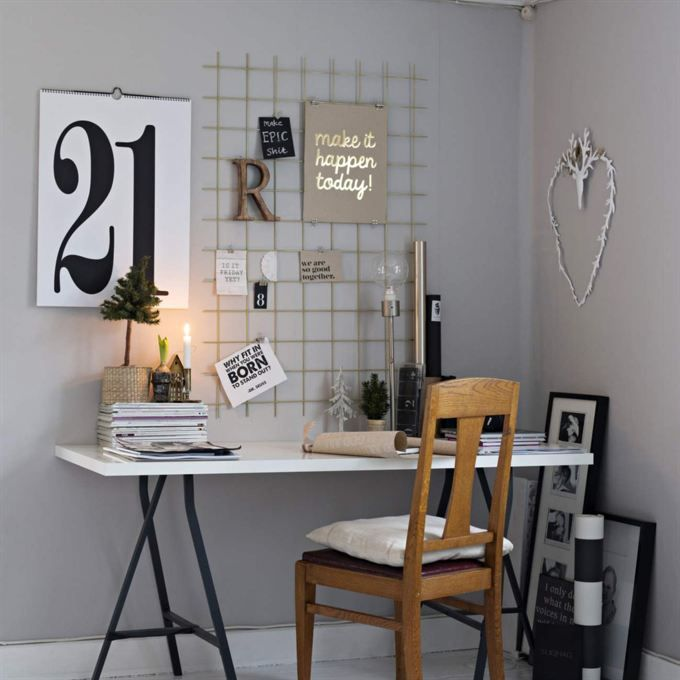 Skrivbord från Ikea och egentillverkat armeringsnät sprejat med guldfärg. Kalender Calendone och dagbädden är från Ikea. Stjärna Walther & Co kommer från Rebeccas butik Butik M Selected.