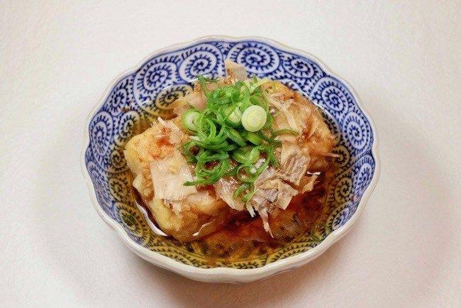 4月4日NHK「きょうの料理・コウさんちの食卓」で放送された、コウケンテツさんのレシピ「フライパンでできる肉巻き揚げ出し豆腐」の作り方をご紹介します。 豆腐とアボカドをそれぞれ豚肉で巻いて香ばしく焼き、とろみのあるつゆを絡めていただきます。コウさんが普段から自宅でよく作っているという自慢のレシピで、子どもも喜ぶ居酒屋メニューです。ぜひ作ってみてくださいね。  フライパンでできる・肉巻き揚げ出し豆腐のレシピ 豆腐もアボカドも火が通りやすいので、フライパンで手軽にできます。  材料 4人分   豚肩ロース肉 (薄切り) 16枚 木綿豆腐 1丁(300g) アボカド 1コ 大根おろし 200g しょうが (すりおろす) 1かけ分 木の芽 適量 _______ <つゆ> ・だし カップ2/3 ・しょうゆ 大さじ2 ・みりん 大さじ2 ・かたくり粉 小さじ1 _______ 塩 少々 こしょう 少々 小麦粉 サラダ油 大さじ3    作り方  豆腐は8等分に切り、キッチンペーパーに包んで水気をしっかりと拭く。アボカドは縦半分に切って種を除き、8等分に切る。 豚肉は広げて塩こしょう...
