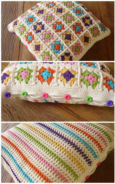 Bonito almofadão com quadrados e listras de crochê e fechamento com botões coloridos