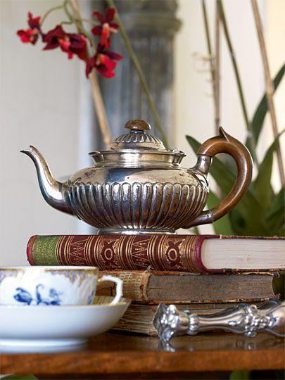 Silver Teapot and Books...such a pretty vignette / Teiera d'argento e libri...che fantastico abbinamento