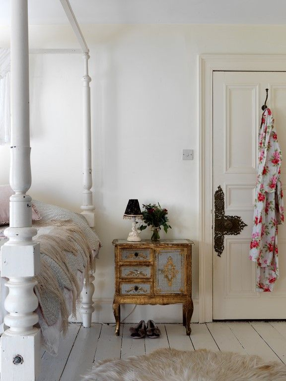 Home Tour: Quirky and Romantic English Country. #shabbychicbedroom #vintagedoor #posterbed