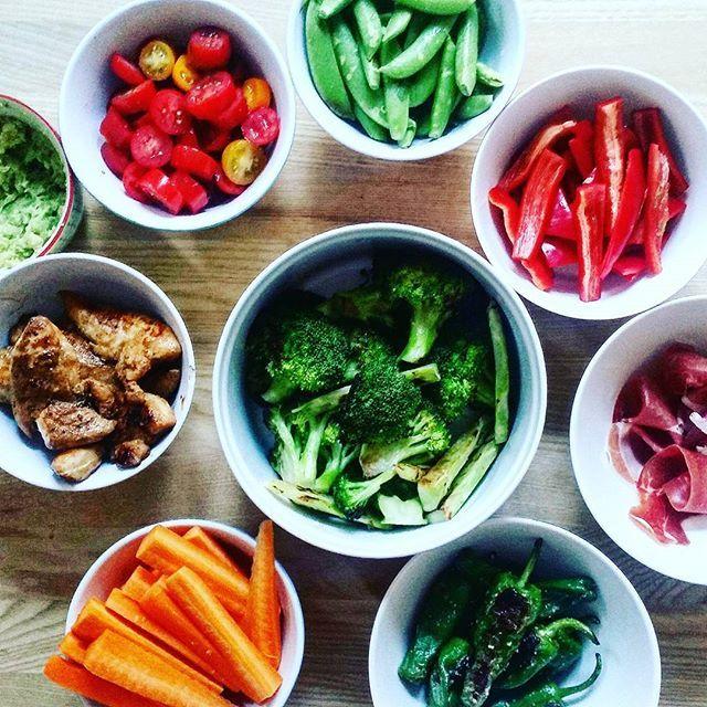 Gårsdagens aftensmad 😍 Alternativ tapas-aften 😊😊 En masse grønt. Kylling, serrano skinke, padron, broccoli-fritter m.v. Nem og lækker måde at få spist en masse grønt. Mums.  #aftensmad #dinner #tapasnight #tapas #grøntsager #instafood #paleo #palæo #LCHF #veggies #sundmad #sundlivsstil #vægttab #kcal #fitfam #fitfamdk #rigtigmad #smagfuldmad #smagenersagen #hjemmelavet #instafood #sund #sundhed #ernæring #velvære #mums #muskelmad #chicken
