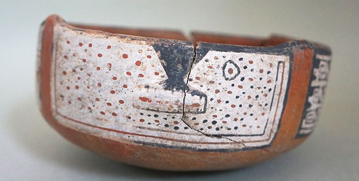 """La investigación desarrollada por el Museo de Historia Natural de Valparaíso reveló que el valle de Chalinga fue ocupado sistemáticamente desde el 200 d.C. por pueblos prehispánicos: Período Alfarero Temprano (165-1100 d.C.): es el más prolongado y marca la incorporación del arte rupestre , conocido como proceso de """"monumentalización del paisaje"""". Período Alfarero Medio (1045-1580): grupos diaguitas se instalan en el valle y comienza la decoración en vasijas de cerámica. Período Alfarero…"""