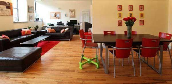 Le rehausseur Kaboost est un système pliable et nomade pour relever les pieds de toutes les chaises et mettre les enfants à bonne hauteur.