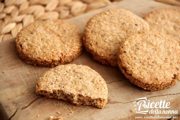 La ricetta per preparare dei croccanti biscotti ai cereali molto simili ai Grancereale del Mulino Bianco. Ideali per la colazione o da intingere nel tè della merenda. Procedimento Tostare la frutta secca in forno (nocciole, noci, mandorle, pinoli) a 180° per 15 minuti. Una volta che si sarà raffreddata, frullatela. Unire la farina con l'avena, […]
