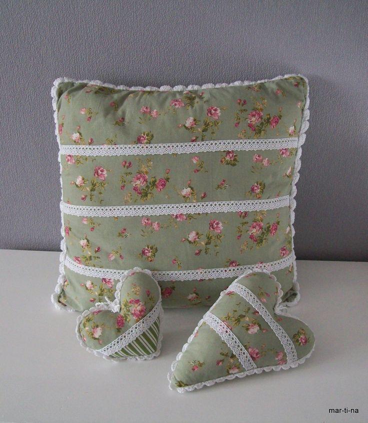 Venkovská romantika Polštářek s výplňí cca 40x40 cm, přední díl zelená s malými růžičkami, zdobený bílou krajkou, zadní díl zeleno bílý proužek. Polštářek je celý ručně obháčkovaný. Možné prát na 40°C Polštářek je předepraný