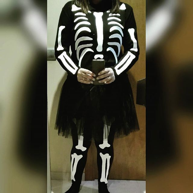 Por primera vez puedo decir que estoy en los huesos.  Mañana nuevo post cómo hacer un disfraz a última hora, totalmente DIY y barato. Solo me falta pintarme la cara, lo dejaré para el día en cuestión, creo que voy a tardar más que con el disfraz  ☠ #halloween #disfrazdiy #disfrazesqueleto #diy ☠
