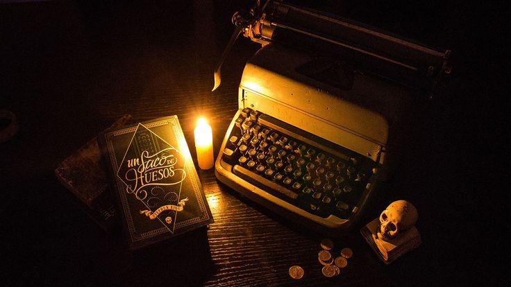 Hardcover Book - Un saco de huesos (Stephen King) on Behance