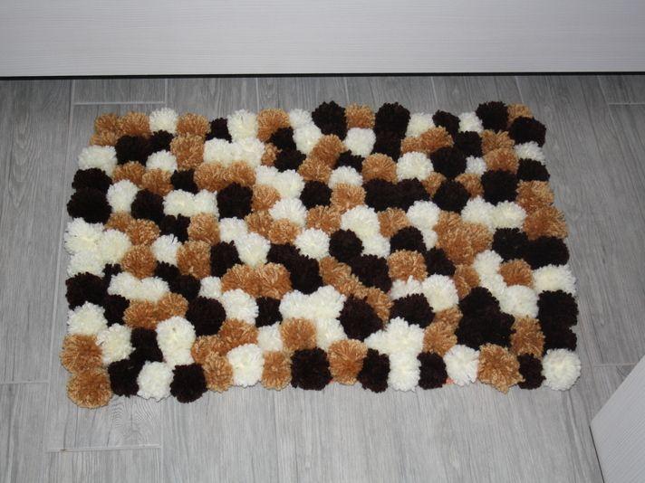 Katrin von DaWanda zeigt Dir, wie Du ganz einfach diesen flauschigen Pompom Teppich herstellen kannst.