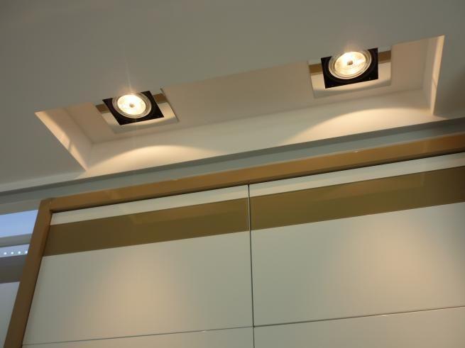Oświetlenie sufitowe zamontowane w tzw. suficie podwieszanym