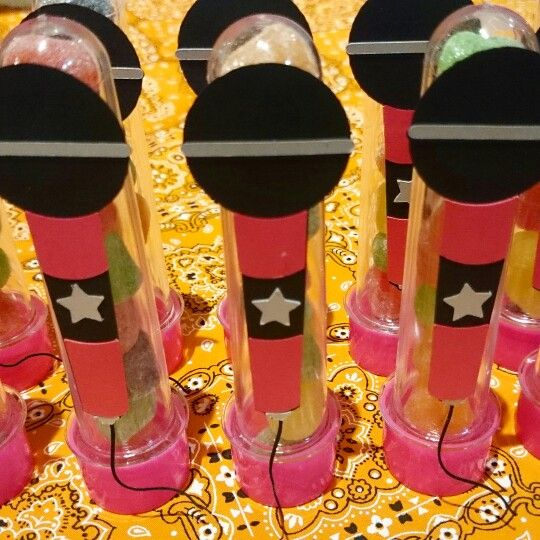 Decorados com um #microfone para a festa com o tema #gabyestrella da…