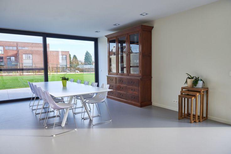 Combineer modern met rustiek. De naadloze gietvloer trekt geen aandacht, het is het interieur die de stijl van jouw woning kan bepalen. Lees er meer over op onze website www.abbi.be