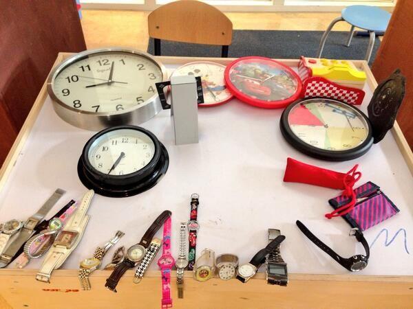 Spelen in themahoek de klokkenwinkel en klokkenmakerij tijdens thema tijd op Obs de walsprong