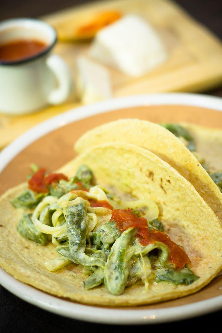 La receta rajas con crema es una preparación deliciosa y muy típica de la comida casera mexicana. Esta preparación es una comida rápida y no puede faltar en tú recetario de cocina. Las rajas con crema es una comida fácil y una de las comidas mexicanas más deliciosas que hay en nuestra gastronomía.