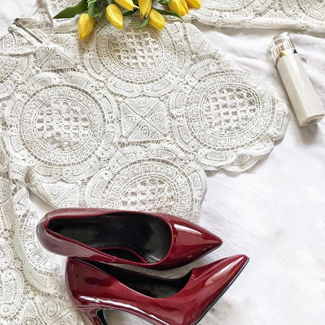 Life isn't perfect but my outfit can be 👠💐 _____________________✿_____________________ . . . . _____________________✿_____________________ . #heels #pantofi #tulips #lalele #top #parfum #perfume #loveit #ootd #outfit #inspiration #burgundy #white #alb #style #fashion #fashiongram #fashionista #stylish #instapic #instadaily #vscocam #lifestyle #clothes #bestoftheday #blogger #spring #primavara . _____________________✿_____________________