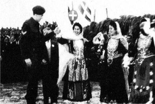 Η βασίλισσα Φρειδερίκη με φορεσιά από τα Μέγαρα και ο διάδοχος Κωνσταντίνος.
