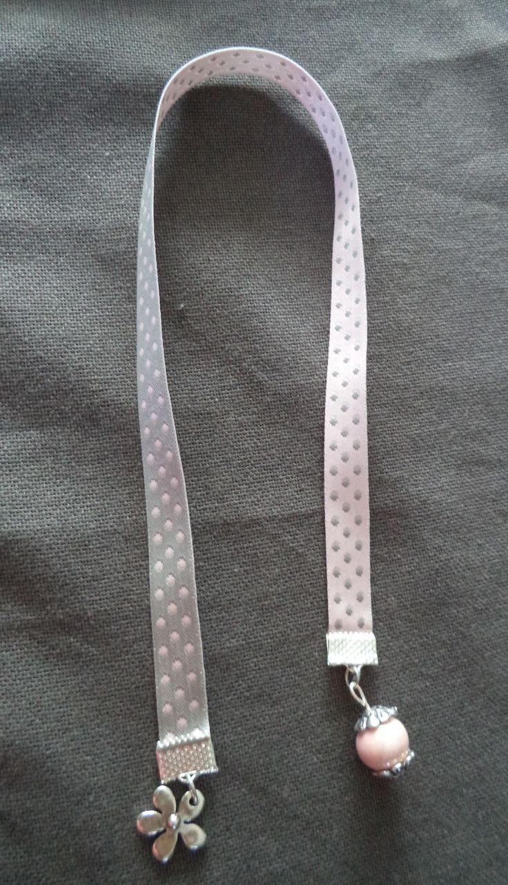 Marque pages avec ruban à pois gris et rose pâle agrémenté d'une perle rose pâle et breloque : Marque-pages par plumecreative