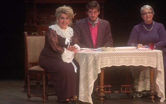 Ο Όμιλος Φίλων Θεάτρου ανέβασε το έργο  ''Αρσενικό και παλιά δαντέλα'' (φωτογραφίες