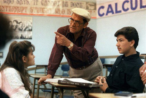 """Article in Spanish, - This March 16, 1988 file photo shows Jaime Escalante, center, teaching math at Garfield High School, in Los Angeles. Escalante is the teacher on which the character in the movie """"Stand and Deliver"""" is based. Escalante died Tuesday March 30, 2010. he was 79.  (AP Photo, File)"""