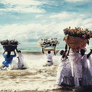 E, em todo o Brasil, as pessoas aproveitaram para oferecer seus presentes e agradecer. | O Dia de Iemanjá encheu as redes sociais de imagens lindas