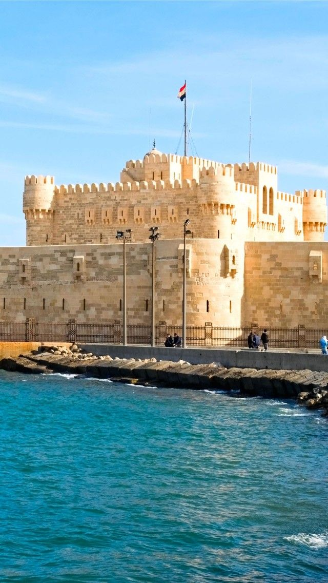 La majestuosa ciudadela de Qaitbay, en Egipto, construida en la década de 1480, tiene vistas al puerto oriental de Alejandría y contiene ruinas del famosísimo Faro de Alejandría, una antigua maravilla del mundo. - See more at: http://es.egypt.travel/attraction/index/qaitbay-fort#sthash.GZKKMbos.dpuf