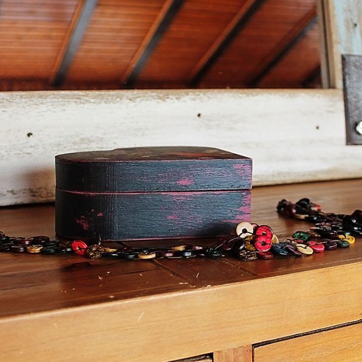 Casetta Mandarin    Ce va înflori în Casetta Mandarin: nasturi colorați, răvașe optimiste, cercei, bomboane, bujori, scoici sau praf de spiriduși?    Casetta Mandarin, din lemn pictat manual și decorat cu aplicații de inspirație orientală, așteaptă să-ți păstreze cu grijă micile bucurii.