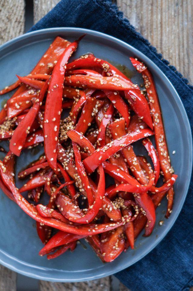 I sidste fik jeg disse lækre soya-lime stegte peberfrugter med ristet sesam som tilbehør til min aftensmad.Jeg er vild med asiatisk mad og denne ret indeholder nogle af mine yndlings smagsgivere – nemlig soya og lime. Næste gang vil jeg forsøge at komme disse peberfrugter i friske forårsruller og servere …