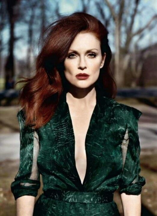 Julianne Moore's emerald green dress is the perfect colour for her fair skin and red hair. I like her look.