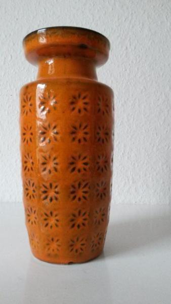 """Kultiger Klassiger, nicht nur für Sammler von 70er Keramik.""""Orange"""" schöne Vase von Scheurich - Dekor Prisma.Material: KeramikGut im Schuss, allerdings am Boden Abplatzer, s. Fotos. Ist aber wasserdicht und kann geschickt kaschiert werden, wenn sie auf dem Tisch, Regal, Kommode oder sonst wo steht. Fällt dann nicht auf,daher hier als Schnäppchenangebot"""