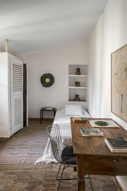 Un bureau en bois dans l'une des chambres