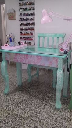 Manicure table. Mesa manicuria Salon de belleza vintage deco