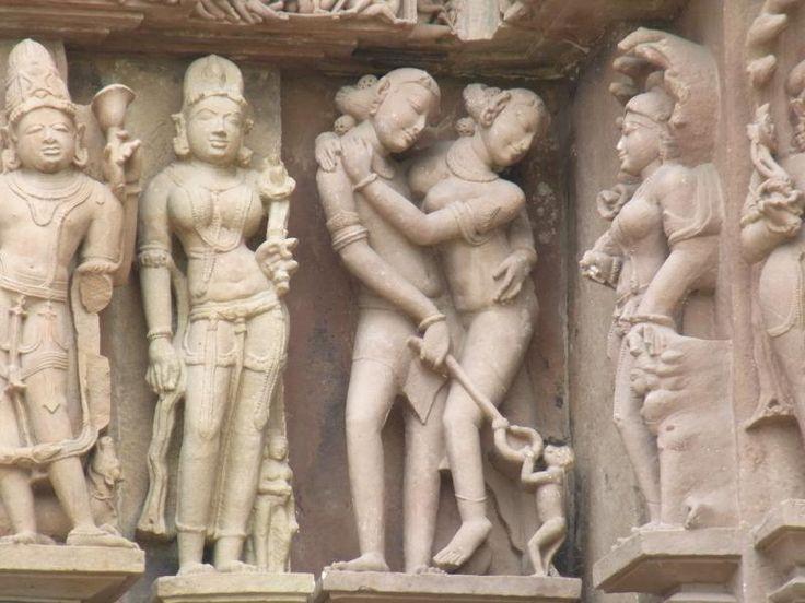 ユーラシア旅行社のインドツアーでご案内するカジュラホのカンダリヤ・マハーデーヴァ寺院の彫刻