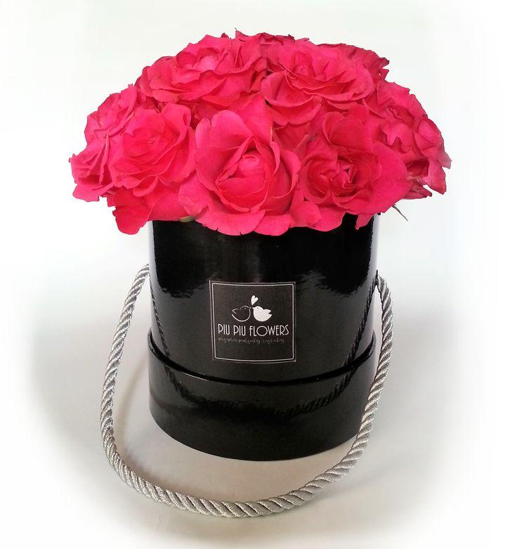 Romantyczne różowe róże w czarnym boxie