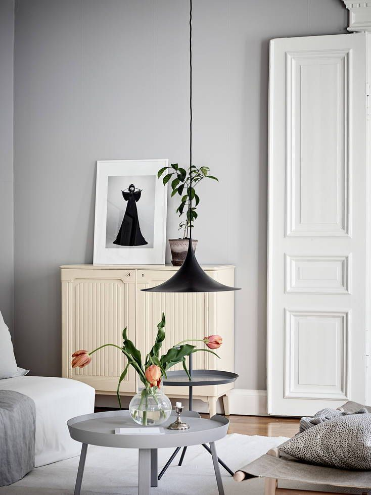 Kunskapstavlan gillar! - Light grey walls with matching grey coffee table. Grey is a really good base for greenery in your house to pop - Scandinavian interior