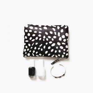 Porte-monnaie, porte-carte bleue, porte rouge à lèvres, porte-allumettes, porte-clés ou porte-téléphone,Avec un côté en cuir imprimé et un en cuir lisse, le Mini Clutch contient juste vos essentiels, pour aller faire une course ou ne pas les égarer au fond de votre sac... Le Mini-Clutch Jungleest disponible en 2 versions : - Noire à tâches blanches / Cuir nude- Blanche à taches noires / Cuir noir 13 x 18 cm Doublé de coton