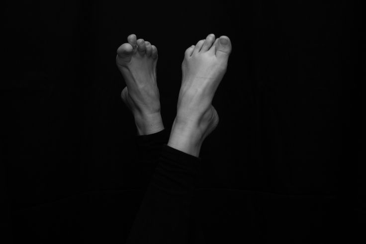 Photographer María de Bedoya. January 2015. Black and white photo inspired in Alfred Stieglitz. Black hair girl. feet
