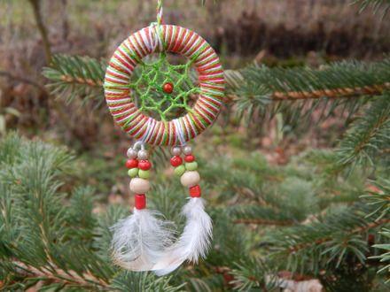 Boule de noël originale en forme d'attrape rêve pour suspendre au sapin  Fabriqué à partir d'un anneau en bois, je l'ai recouvert de fil en coton perlé de couleur rouge vert - 19427395