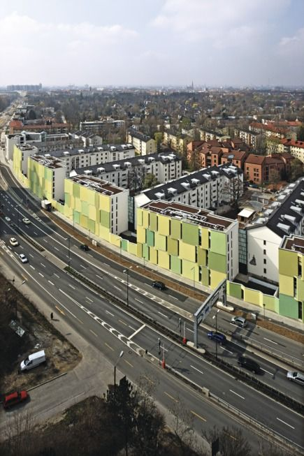 Der Verkehrslärm wird durch die neue Schallschutzbebauung entlang der Stadtautobahn für die Bewohner der dahinter liegenden Häuser sehr viel erträglicher - Wohnen am Mittleren Ring in München