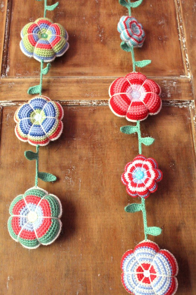 crochet flowers garland guirnalda de flores de ganchillo creativa decoracion manualidad DIY fiori pomposi