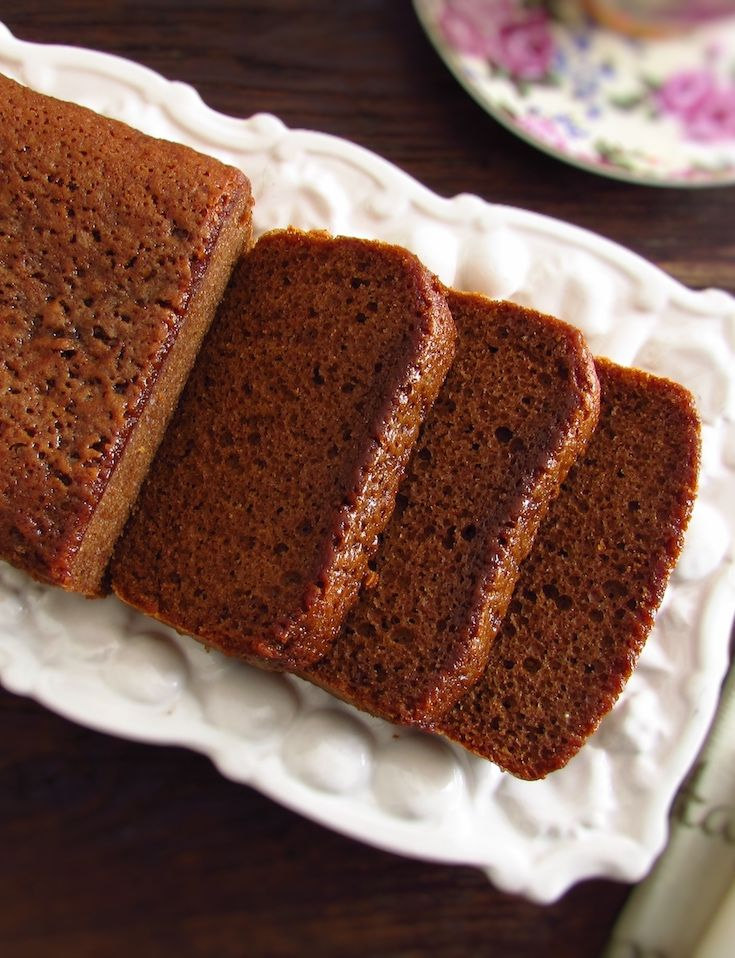 Brown sugar, olive oil and cinnamon cake | Food From Portugal. With winter and cold, hot drinks and a homemade cake are always a good solution for a family snack! Prepare this brown sugar, olive oil and cinnamon cake and serve with a hot cup of coffee! Bon appetit!
