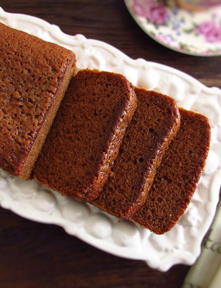 Bolo de açúcar mascavado, azeite e canela | Food From Portugal. Com o inverno e o frio, bebidas quentes e um bolo caseiro são sempre uma boa solução para um lanche em família! Prepare este bolo de açúcar mascavado, azeite e canela e acompanhe com uma chávena de café bem quente! Bom apetite!