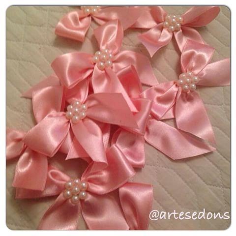 Идеальное сочетание: розовые атласные ленты + кружева + жемчуг! Эти будут дать специальное в сувениры домашний спрей! 🎀💕💖 #artesedons #artesanatoartesedons #artesanatosartesedons #artesedonsartesanatos #lembracinhas #материнство #homespray