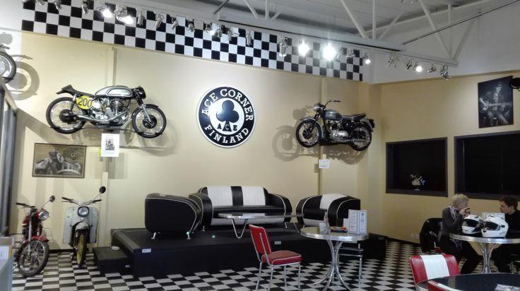 Ensimmäinen lontoolainen Ace Cafe London on perustettu jo 1938.  Se perustettiin prätkistä, autoista, skoottereista ja rock n' rollista pitävien ihmisten kokoontumispaikaksi.   Ohessa näkyy myös hieman moottoripyörämuseon tarjontaa. Näyttelyiden teemat vaihtelevat ja nähtävillä on monia moottoripyöriä, ajoasuja sekä muuta moottoripyöräilyyn liittyvää esineistöä.