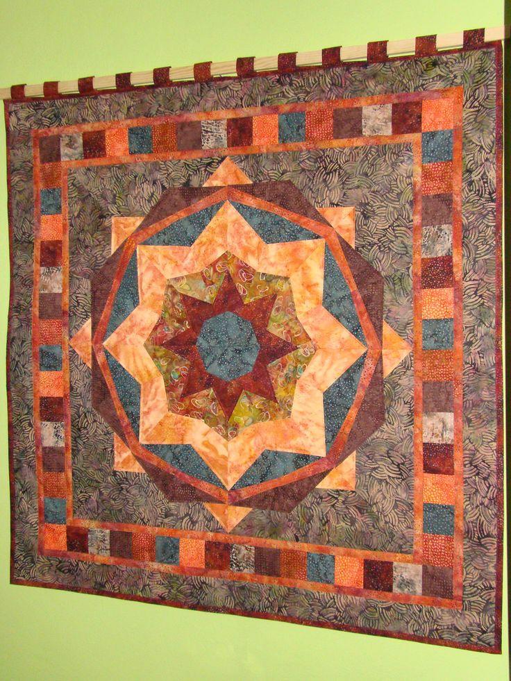 Mandala-+závěsný+quilt+Mandala+je+ušita+z+dovozových+látek,+jsou+toručně+barvených+batiky+z+Bali.+Je+vyztužena+tenkým+vatelínem+a+prošita+ve+švech,+kzavěšení+jsou+přišity+poutka.+Zadní+strana+je+z+bílé+bavlny.+Rozměr:+97+x+97+cm+Materiál:+100%+bavlna+xxxxxxxxxxxxxxxxxxxxxxxxxxxxxxxxxxxxxxxxxxxxxxxxxxxxxxx+V+podobném+stylu+a+v+jiné+barevné+kombinaci+jsem+ušila+tuto...