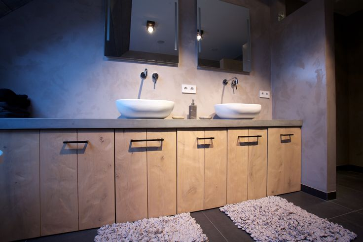 Landelijk modern badkamer meubel uitgevoerd in robuust eiken voorzien van een blad uitgevoerd - Moderne badkamer meubels ...